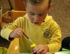 kleiner Junge mit gelbem Shirt mal