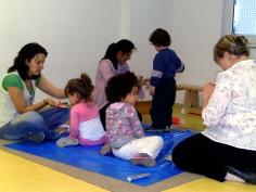 Mütter und Kinder auf Matten